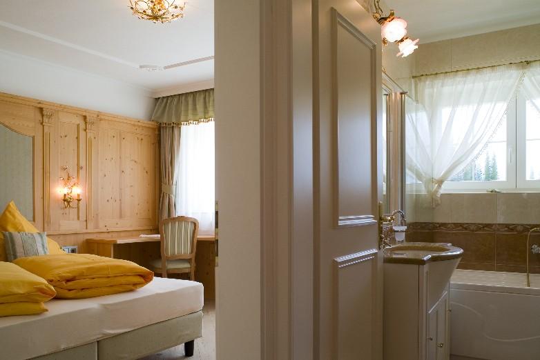 Ferienwohnung Ahrntal Landhaus - Schlafzimmer und Badezimmer